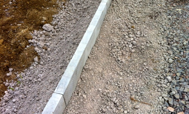 Concrete edging well-supported by in-situ concrete base